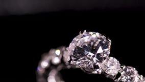De ring van de diamant op zwarte achtergrond stock videobeelden