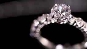 De ring van de diamant op zwarte achtergrond stock footage