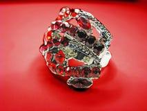 De ring van juwelen met rode robijnrode kristallen Royalty-vrije Stock Afbeelding