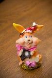 De ringen op de bloemen, in een doos, op een witte stof op speelgoed, kleuren, huwelijksdetails, trouwringen Stock Afbeelding