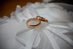 De ringen op de bloemen, in een doos, op een witte stof op speelgoed, kleuren, huwelijksdetails, trouwringen Stock Foto's