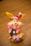 De ringen op de bloemen, in een doos, op een witte stof op speelgoed, kleuren, huwelijksdetails, trouwringen Stock Foto