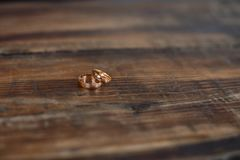 De ringen op de houten vloer zijn in een feestelijke vorm stock foto's