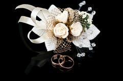De ringen van Boutonniere en van de gouden bruiloft Stock Afbeelding