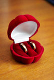 De ringen van de gouden bruiloft Stock Foto