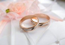 De ringen van de gouden bruiloft. Stock Foto