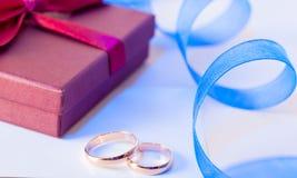 De ringen van de gouden bruiloft met decoratie Stock Foto