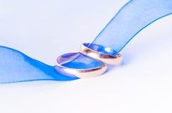 De ringen van de gouden bruiloft op het lint Stock Fotografie