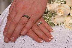 De Ringen van de jonggehuwde stock foto