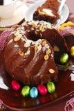 De ringscake van de chocolade met amandelen en noten die voor Pasen bedekken Stock Afbeeldingen