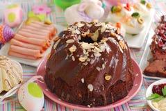 De ringscake van de chocolade met amandelen en noten voor Pasen Royalty-vrije Stock Foto's
