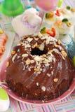 De ringscake van de chocolade met amandelen en noten voor Pasen Stock Afbeeldingen