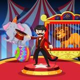 De ringsmeester met dier toont bij circus Stock Afbeeldingen