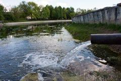 De riolering van het riool verontreinigt een meer, rivier Stock Foto's