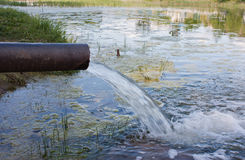 De riolering van het riool verontreinigt een meer, rivier Stock Afbeelding