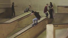 De rit van de rolschaatser op rand van springplank op wedstrijd in skatepark uitdaging competition extreem stock video