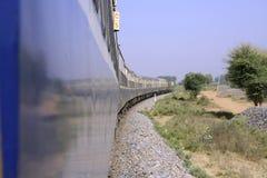 De rit van de trein door het platteland stock foto