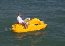 De rit van de vader en van de dochter op een catamaran op zee. Royalty-vrije Stock Fotografie