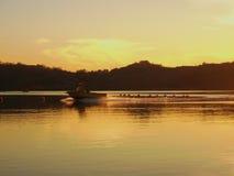 De Rit van de zonsondergangboot op Meer Stock Afbeelding