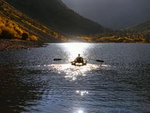 De rit van de Fairytaleboot op een bergmeer in de vroege herfst royalty-vrije stock afbeeldingen