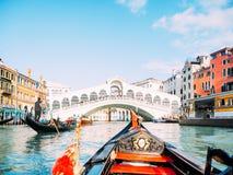 De rit van de gondel in Venetië stock afbeeldingen