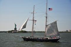 De rit van het schip rond standbeeld van vrijheid Stock Afbeeldingen