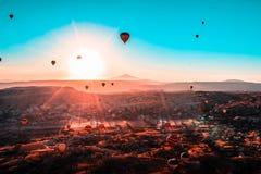 De rit van de hete luchtballon in Cappadocia stock afbeeldingen