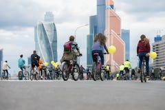 De rit van de massafiets in stad De jeugd, families neemt aan fiets het rennen deel Concept gezonde levensstijl, gezamenlijke vri stock foto