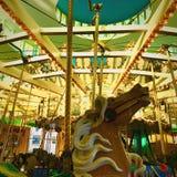 De rit van de paardcarrousel bij het pretpark van Carnaval Stock Afbeelding