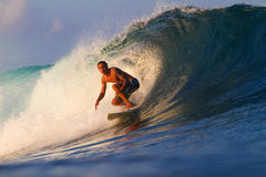 Het surfen van een golf Stock Fotografie