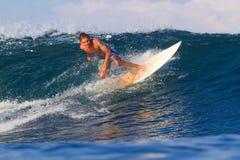 Het surfen van een golf Royalty-vrije Stock Foto