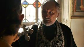 De rite van doopsel in de Orthodoxe Kerk stock video