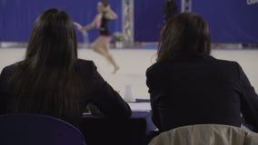 De ritmische Gymnastiek beoordeelt team, sport stock videobeelden