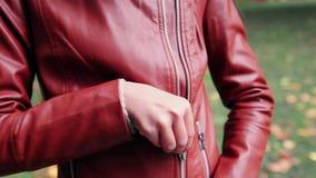 De ritssluiting van de meisjesknoop op jasje stock videobeelden