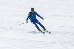 De ritten die van de skibergbeklimmer van berg ski?en Royalty-vrije Stock Afbeeldingen