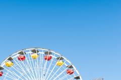 De ritten en de aantrekkelijkheden van Santa Monica Pier stock fotografie
