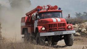 De ritten van de brandvrachtwagen om de brand in groot te doven stock footage
