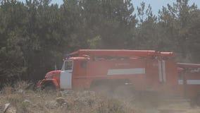 De ritten van de brandvrachtwagen om de brand te doven stock footage