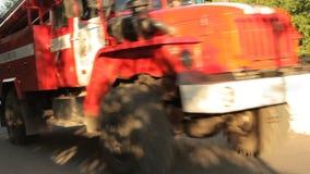 De ritten van de brandvrachtwagen op de brug stock footage