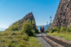 De ritten van de toeristentrein op de Spoorweg circum-Baikal Royalty-vrije Stock Afbeelding