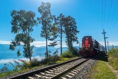 De ritten van de toeristentrein op de Spoorweg circum-Baikal Royalty-vrije Stock Fotografie