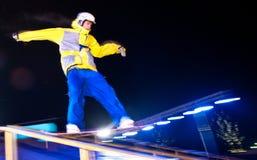De ritten van Snowboarder bij nacht. stock afbeelding