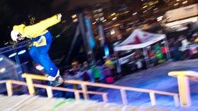 De ritten van Snowboarder bij nacht. royalty-vrije stock foto