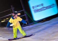 De ritten van Snowboarder bij nacht. stock foto's