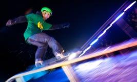De ritten van Snowboarder bij nacht. stock foto