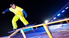 De ritten van Snowboarder bij nacht. royalty-vrije stock foto's