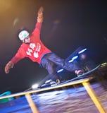 De ritten van Snowboarder bij nacht. stock afbeeldingen