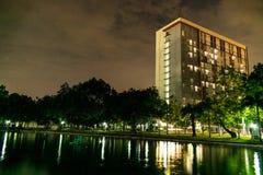 De Riverfrontbouw bij nacht Royalty-vrije Stock Afbeeldingen