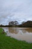 De rivier Adur barstte het is banken in Sussex Stock Afbeelding