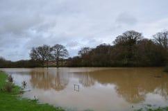 De rivier Adur barstte het is banken in Sussex Royalty-vrije Stock Foto
